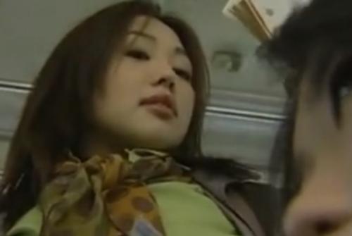 バスの中でわざとマンコを押し付けて来た女性に指マンとローターでいじりまくる 夏海エリカ