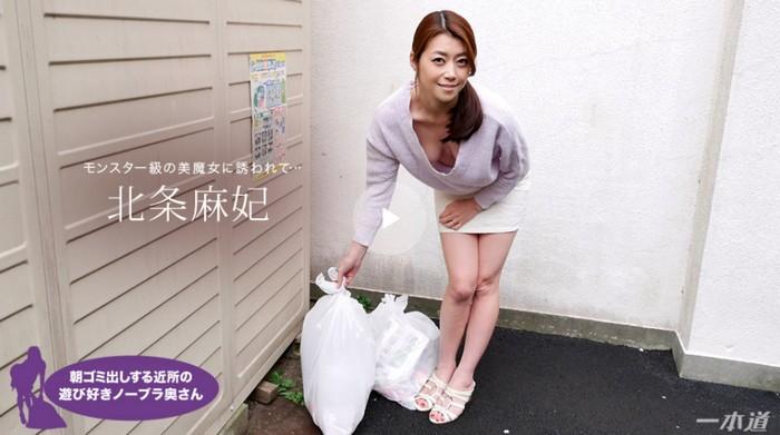 朝ゴミ出しする近所の遊び好きノーブラ奥さん