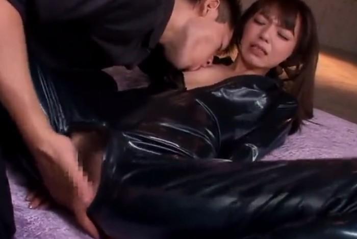 希志あいの 捕らえられた女捜査官がラバースーツを破られ指マン責めに悶絶絶頂