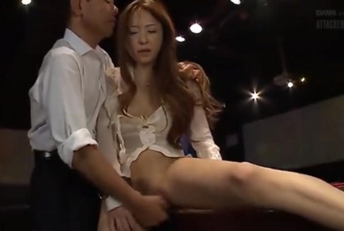 鈴木麻奈美 ビリヤード台に手をつき立ったまま高速指マンに悶絶するハスラーのお姉さん