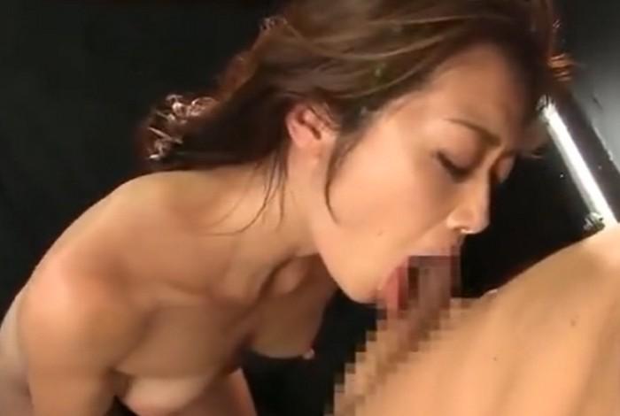 北条麻妃 クンニでイカされるとチンポにしゃぶりつきチンポをねだる美熟女の女部長