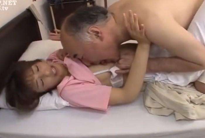川上奈々美 美人ヘルパーが介護中に乳首やクリトリスを舐めまわされる